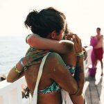 Due Ragazze si Abbracciano durante un Viaggio Evento a Gallipoli College - Viaggi Giovani, Viaggio di Maturità a Gallipoli