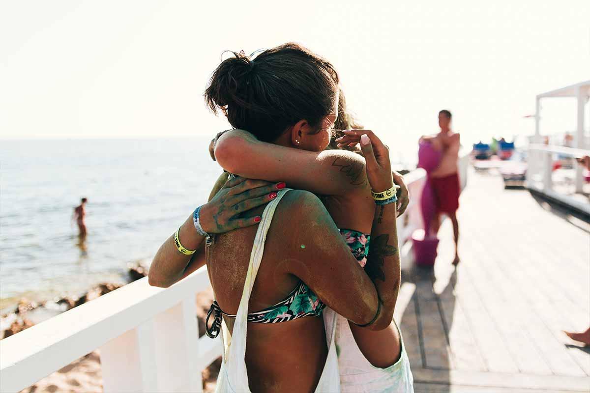 viaggio-di-maturita-gallipoli-viaggi-giovani-vacanze-a-gallipoli-ragazze-si-abbracciano