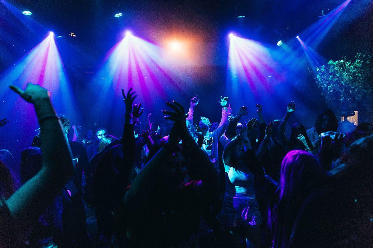 ragazzi in gita scolastica che fanno festa in discoteca