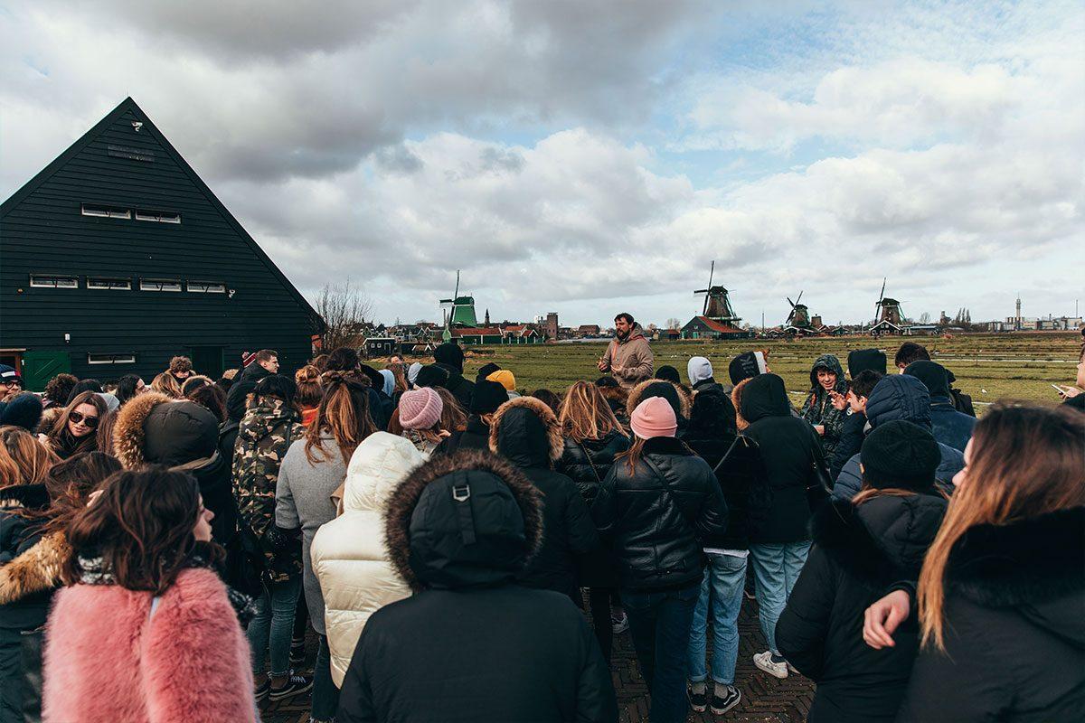 la guida spiega i mulini ad Amsterdam durante Gita Scolastica