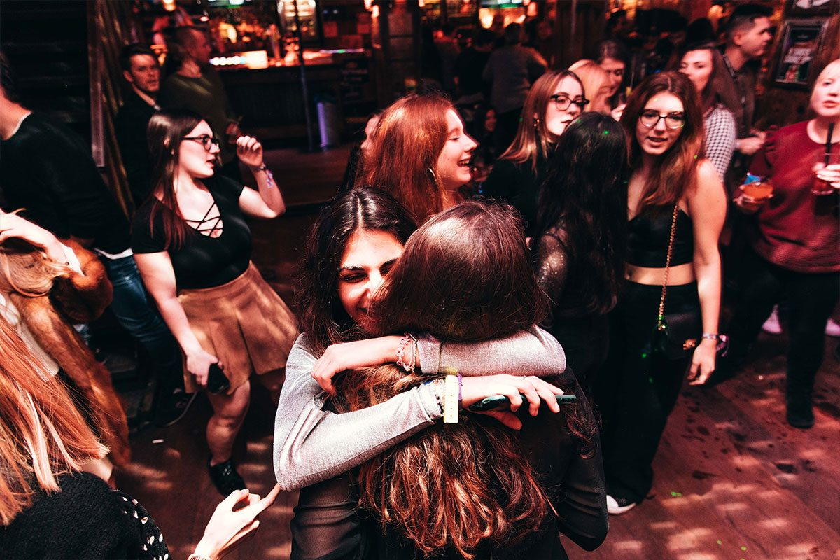 ragazze si abbracciano durante festa in gita scolastica