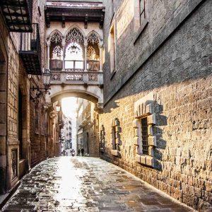 un vicolo con veranda a ponte nel barrio gotico a Barcellona