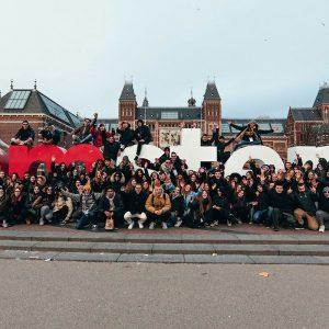 gruppo in gita scolastica sulla scritta I Amsterdam