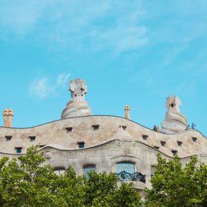 facciata della pedrera con i camini a Barcellona