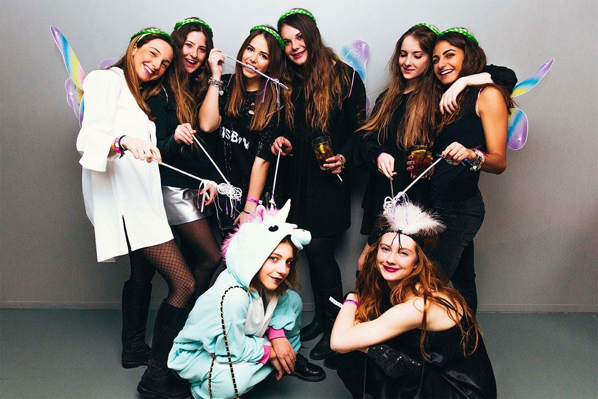 ragazze in maschera in gita scolastica