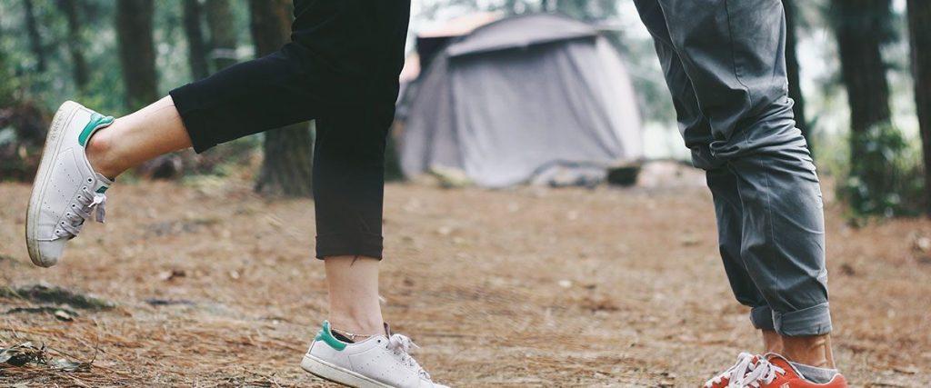 gambe di due ragazzi con una tenda in sfondo