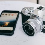 smartphone e macchina fotografica olympus digitale per il viaggio evento a corfù