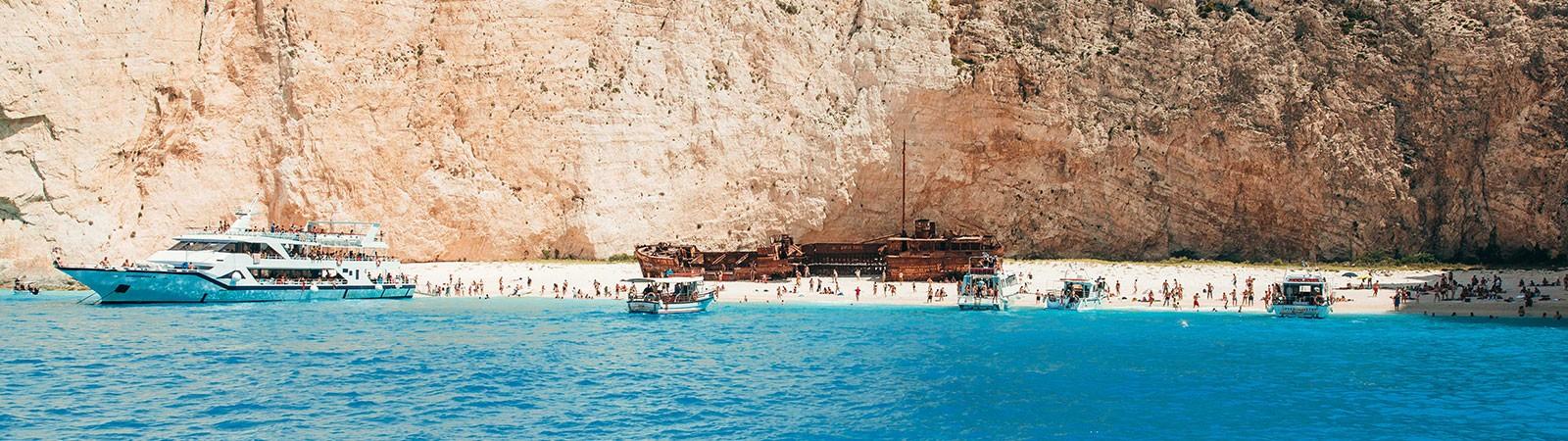 Navagio - Spiaggia del relitto simbolo dei viaggi giovani a zante