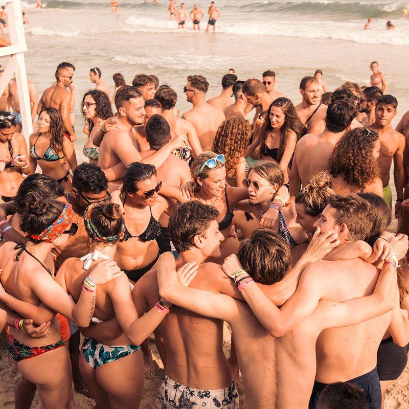 abbraccio di gruppo ad un beach party delle vacanze per ragazzi a Gallipoli