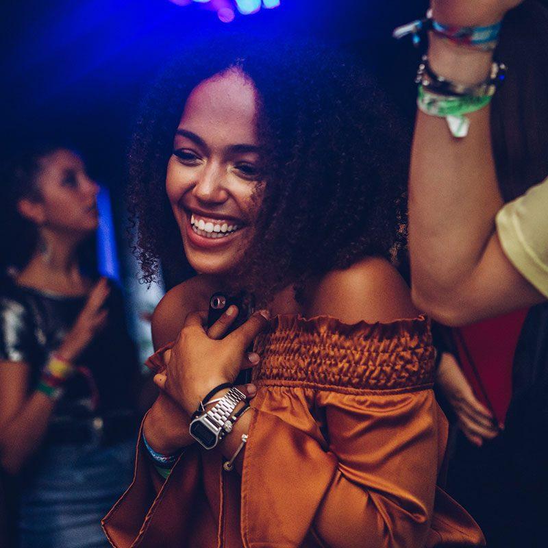 Ragaza riccia balla al Club 54 durante il Viaggio di Maturità a Corfù