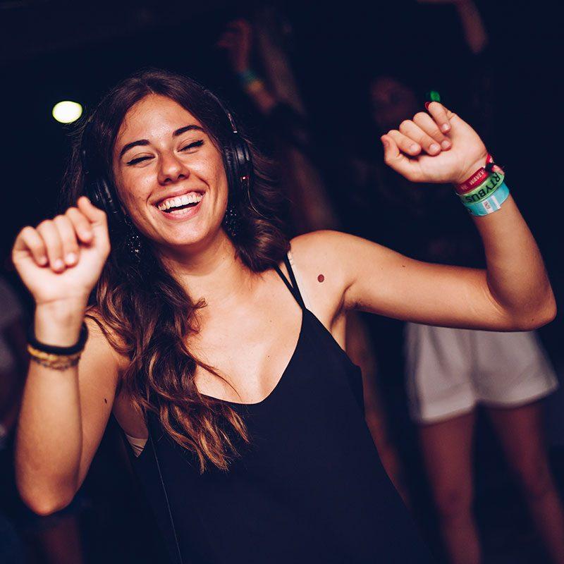 ragazza balla durante il silent party nei viaggi evento a Zante