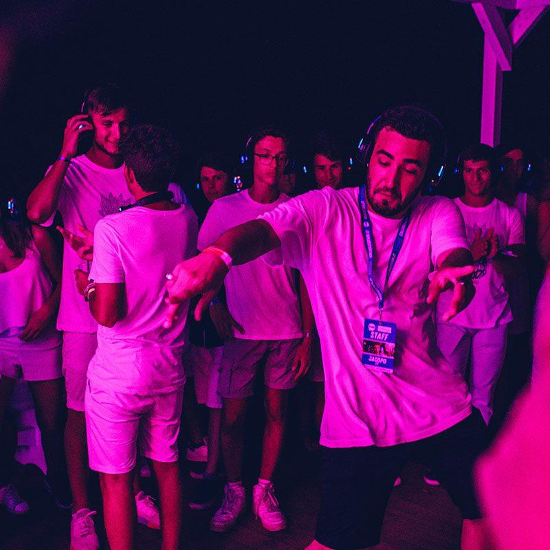 Ragazzo balla durante il Beach Party del Viaggio di Maturità in Salento