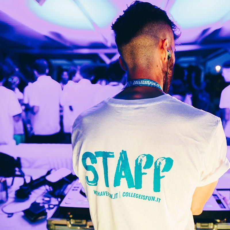 un dj di spalle suona ad una serata dello student village di Gallipoli