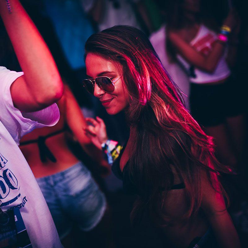 Ragazza balla durante il welcome Party del Viaggio di Maturutà - Gallipolli