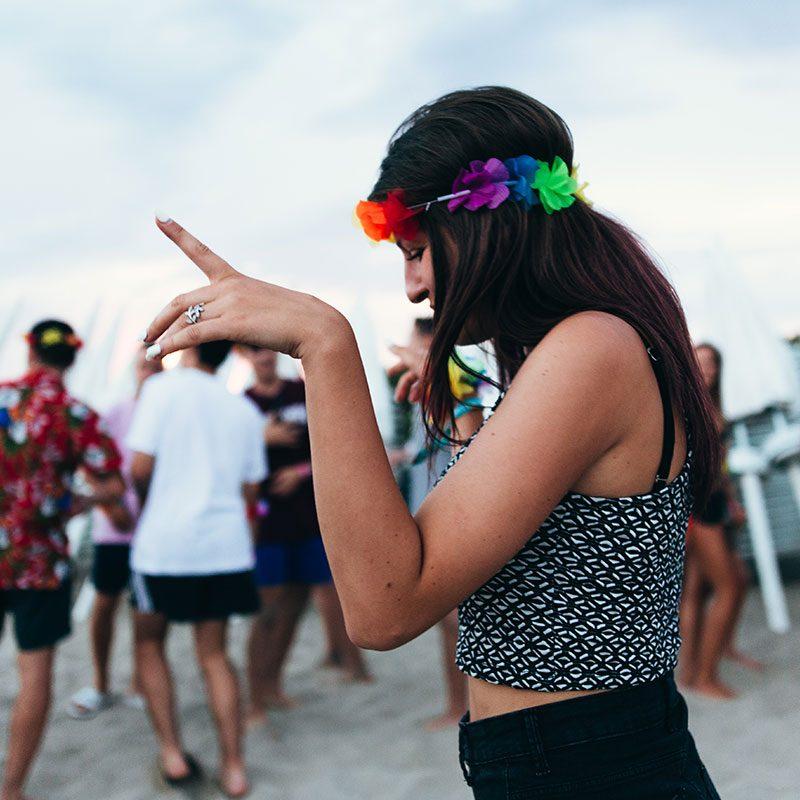 ragazza balla allo student village - vacanze per ragazzi college