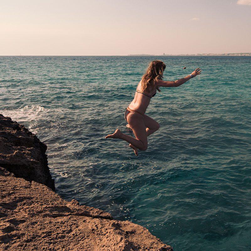 Ragazza si tufa dalla scogliera di Punta Suina - Gallipoli