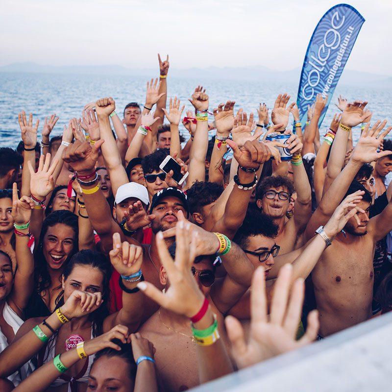 gruppo in festa durante il Boat Party del Viaggio di Maturità College