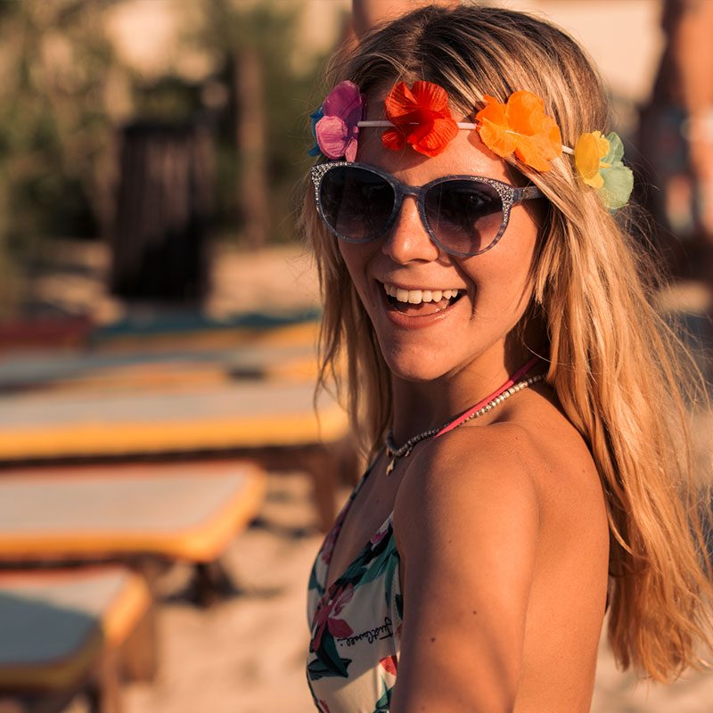 ragazza con corona dell'Hawaiian Party durante un viaggio evento