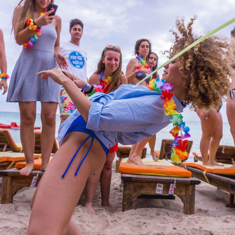 Ragazza riccia balla il limbo allo student village college