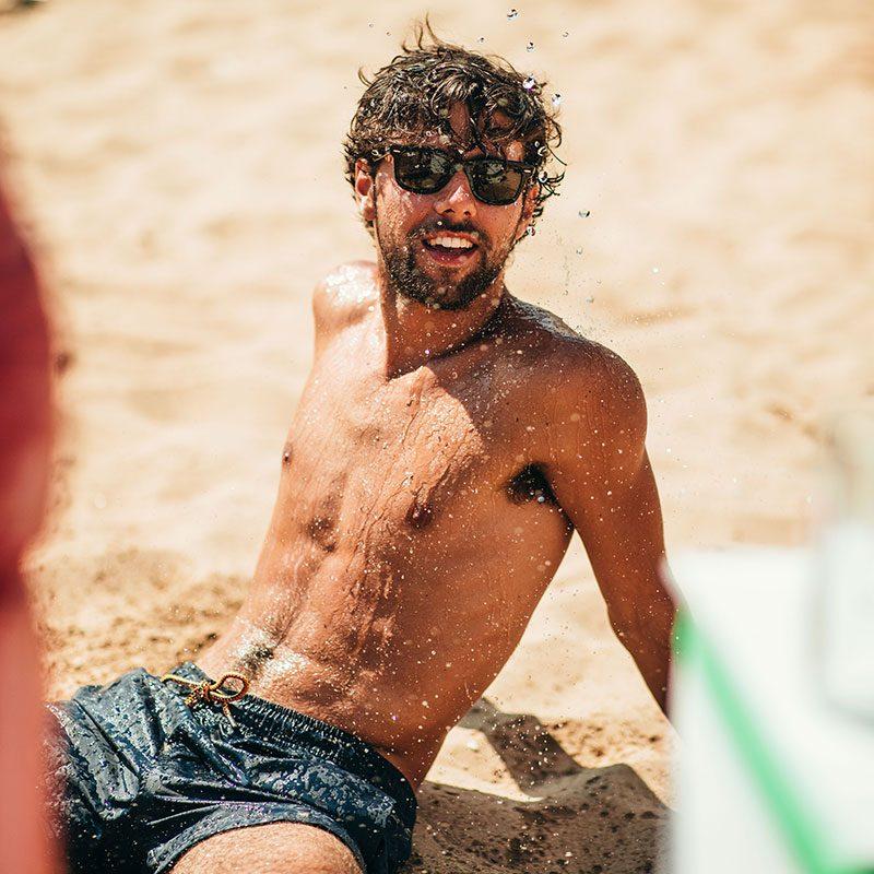 Ragazzo in Spiaggia durante il Viaggio di Maturità a Zante