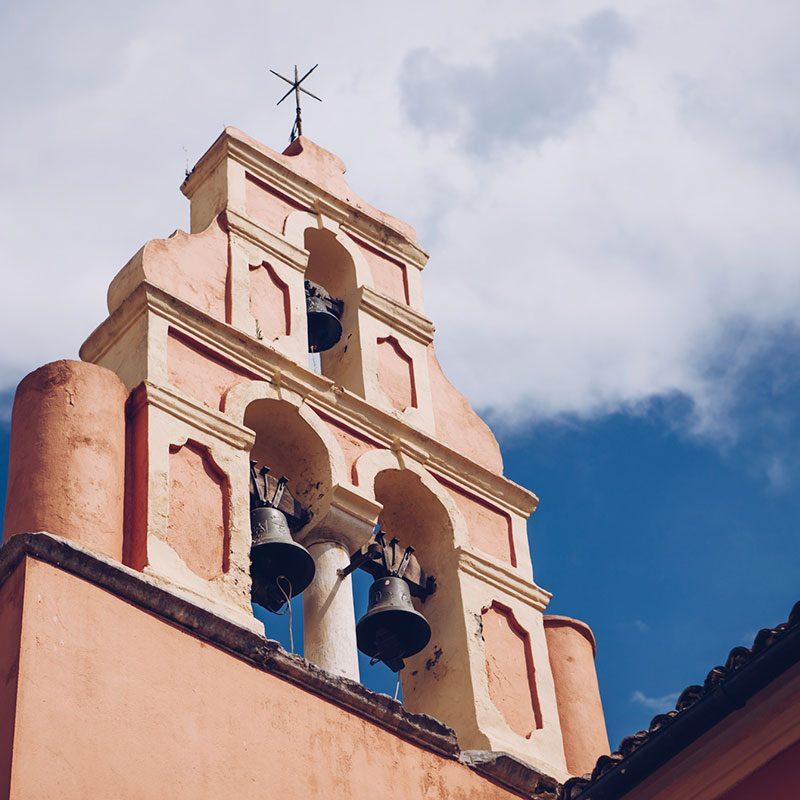 Un piccolo campanile a tre campane di Corfù Town
