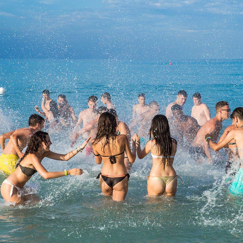 giochi in spiaggia durante il Viaggio di Maturità