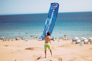 spiaggia di issos con ragazzo che sventola bandiera college